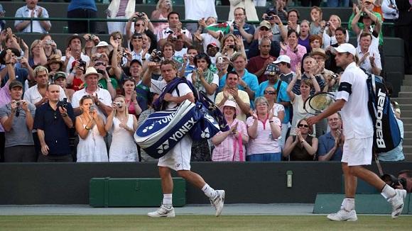 lleyton-hewitt-salutes-the-crowd-after-loss-to-andy-roddick-at-data